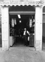 Brasil, São Paulo, SP, 21/08/1972. Comerciante italiano em frente à Casa de Pães e Mercearia Basilicata, na Rua 13 de Maio, bairro da Bela Vista, em São Paulo. Pasta: 30.061 - Crédito:LUCRÉCIO JR./ESTADÃO CONTEÚDO/AE/Codigo imagem:109551