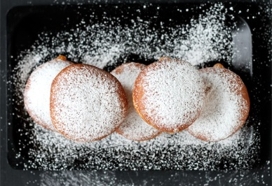 Krapfen-dusted-with-confectioners-sugar